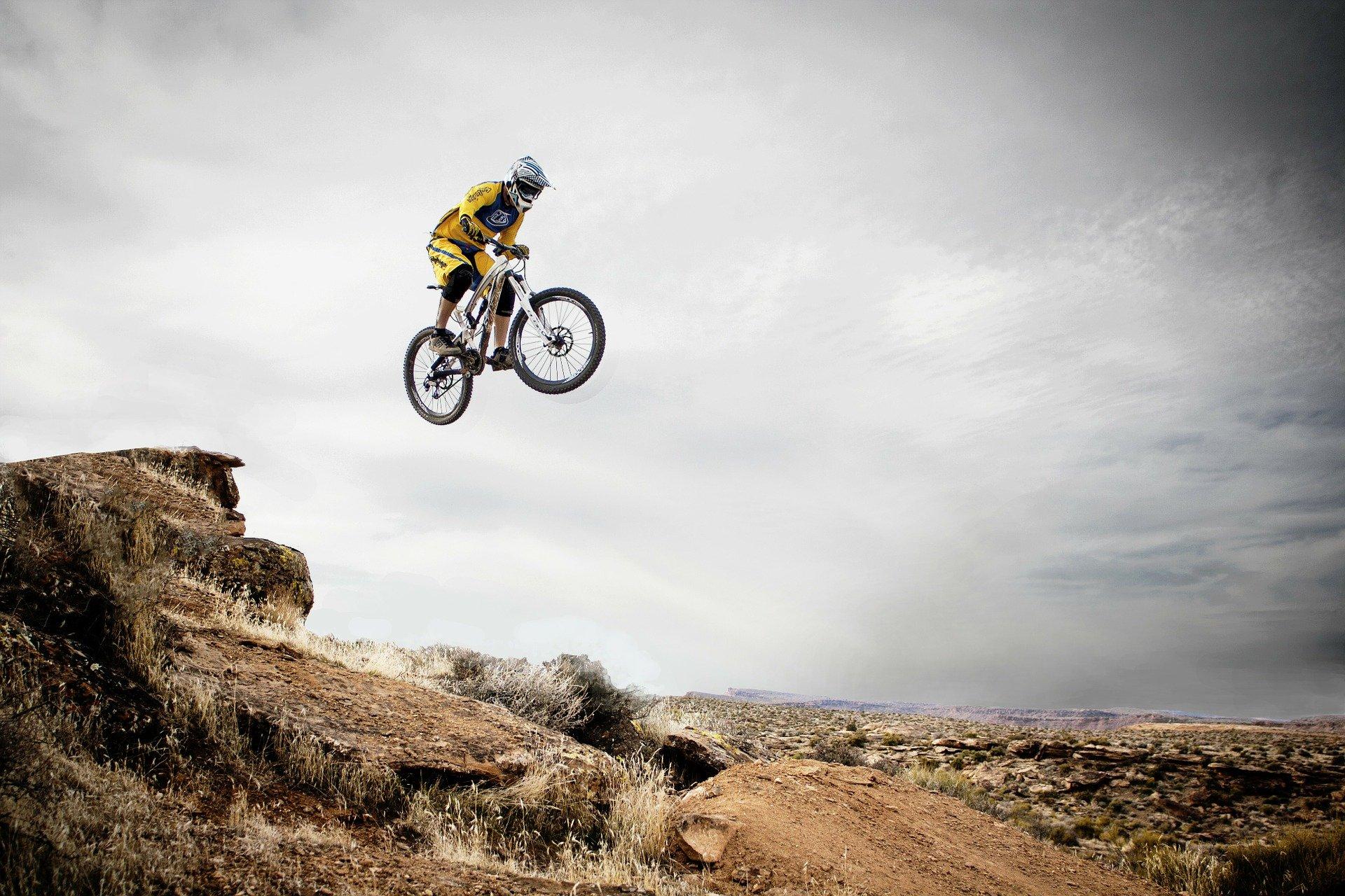 אחרי שהבנו את הרעיות הבסיסי של האופניים המיועדים לרכיבה על ההרים נוכל להתקדם ולבדוק מה ההבדל בין אופני הרים זנב קשיח לאופני שיכוך מלא.